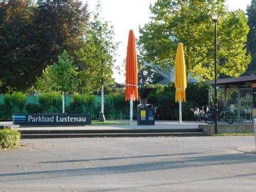 Im Lustenauer Parkbad wurden die Sonnenschirme nach einer besonderen Saison am vergangenen Wochenende eingeklappt.mima