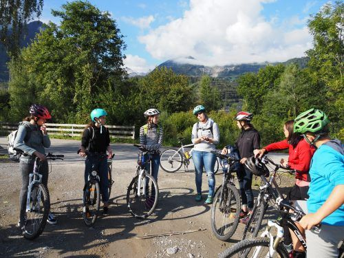 Im Rahmen einer Exkursion per Fahrrad hielten die Jugendlichen nach ökologisch und sozial verträglichen Orten Ausschau. Caritas
