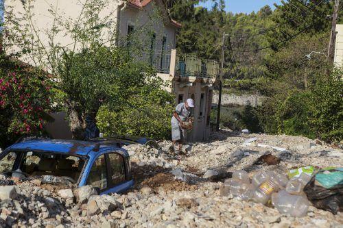 In Assos (Kefalonia) wurden Straßen von Steinlawinen begraben.AP