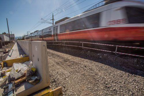 In Bregenz wird bald beim Bahnhof gebaut, die eingleisige Spur bleibt aber unberührt. VN/Steurer
