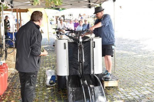 In der Fahrradwaschanlage werden Räder bei geringem Druck gereinigt.Marktgemeinde