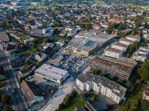 In der Lauteracher Karl Höll-Straße sind die Arbeiten für den neuen XXXLutz-Markt im finalen Stadium.VN/steurer