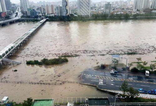 In Ulsan trat der Fluss Taehwa über sein Ufer und überflutete Straßen. AFP