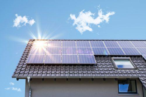 Jedes neue Dach sollte mit einer PV-Anlage ausgestattet werden. Shutterstock