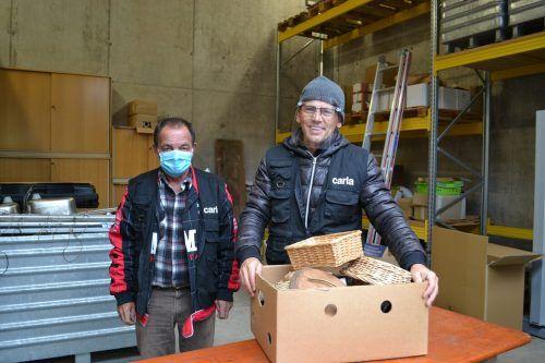 Josef Angermann (Mitarbeiter) und Fritz Fuchsberger (Leiter der Elektronikabteilung für die Carla-Stores) freuten sich über die zahlreichen Sachspenden.bi/2