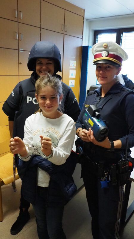 Jugendleiterin Nicole Beck, Inspektorin Judith Fink und Paula in Handschellen.