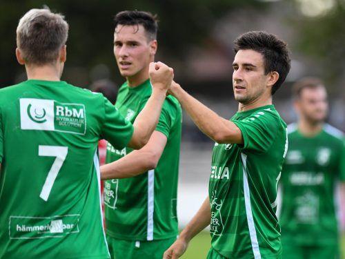 Andreas Röser (r.) gratuliert Julian Erhart, der zwei Treffer für den Dornbirner SV erzielte.Vn/Lerch