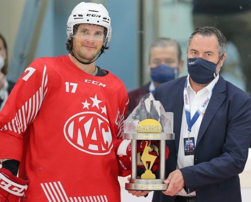 Kapitän Manuel Ganahl freut sich über den Pokal von Turnierchef Christian Winkler.gepa