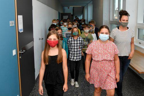 Kein Betreten der Schulgänge ohne Maske. Die Schüler wissen, was zu tun ist. VN/Lerch