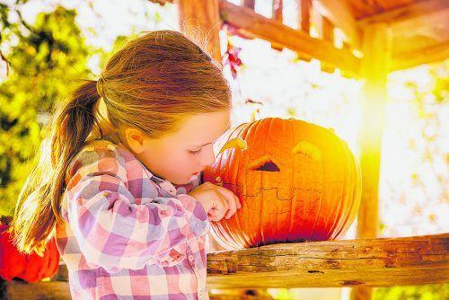 Kinder können Fotos ihrer Mal- und Bastelarbeiten bis 31. Oktober auf buntewelt.vn.at hochladen und bekommen dafür ein VN-Leuchtarmband geschenkt.Adobe Stock