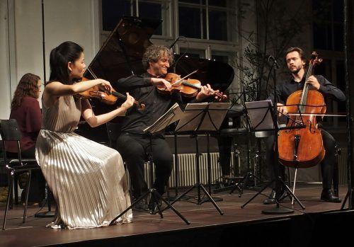 Klaus Christa (Bratsche) mit seinem Ensemble im Pförtnerhaus Feldkirch. ju