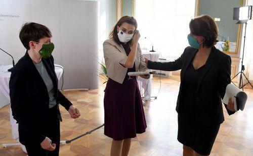 Klubobfrau Sigrid Maurer (v.l.), Justizministerin Alma Zadic (beide Grüne) und Verfassungsministerin Karoline Edtstadler präsentierten das Paket.APA