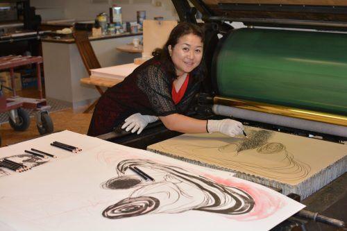 KünstlerinChiharu Shiota bei der Arbeit in Rankweil. Museum