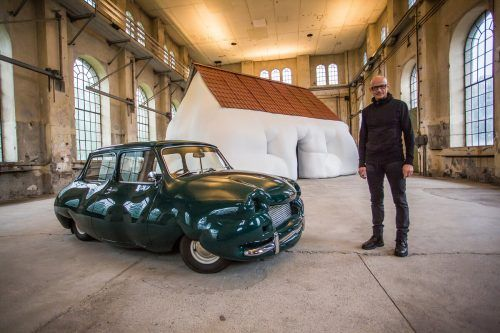 Kunstraum-Leiter Thomas Häusle mit adipösem Haus und aufgeblähtem Mini des österreichischen Künstlers Erwin Wurm in Dornbirn. VN/Steurer