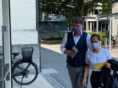 Kurt Fischer mit Gattin Beate auf dem Weg zu seinem Wahlsprengel in der Volksschule Lustenau-Kirchdorf.