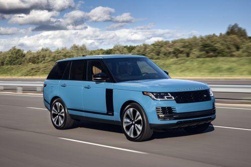 Land Rovers Range Rover trägt als 50-Jahr-Jubiläums-Markierung auf Wunsch das Blau des Erstlings von 1970. Gestartet war die Ikone damals als Dreitürer.
