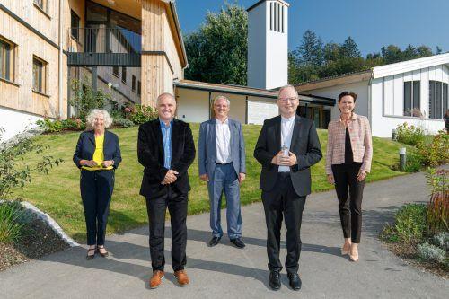 LR Katharina Wiesflecker, GF Manfred Ganahl, LTP Harald Sonderegger, Bischof Benno und LR Martina Rüscher bei der Eröffnung. VLK
