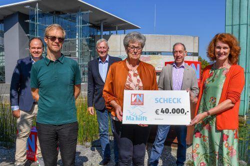 """""""Ma hilft""""-Patin Marlies Müller (M.) und VN-Chefredakteur Gerold Riedmann (l.) freuten sich, den Scheck an das Team des Vorarlberger Kinderdorfes überreichen zu können. VN/Lerch"""