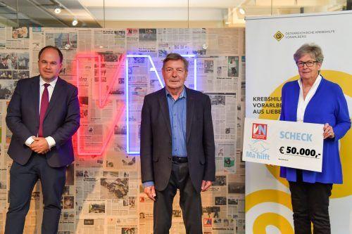 """""""Ma hilft""""-Patin Marlies Müller und VN-Chefredakteur Gerold Riedmann überreichten Gebhard Mathis (m.) von der Krebshilfe den Scheck. VN/Lerch"""