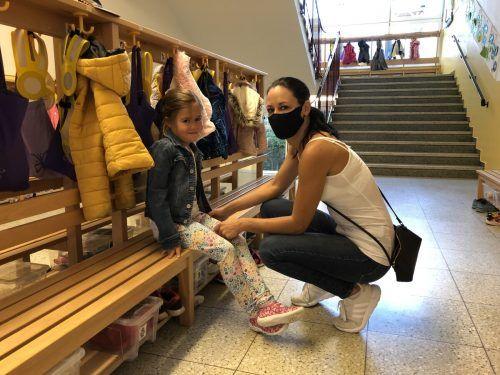 Mama Jasmin bringt Töchterlein Amelie in den Kindergarten. VN/Hämmerle