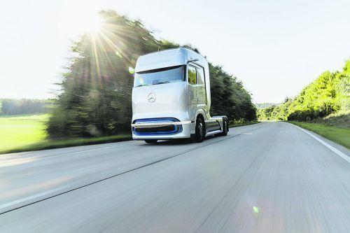 Mercedes will ab 2023 einen Schwerlast-Lkw mit Brennstoffzellentechnik auf die Straße bringen. Mit dem nun vorgestellten Konzeptfahrzeug GenH2 geben die Stuttgarter bereits einen konkreten Ausblick auf den Elektro-Truck. Die Studie gibt die groben Rahmendaten vor: Der 40-Tonner bietet eine Zuladung von 25 Tonnen, die Reichweite soll im konkurrenzfähigen Bereich liegen.