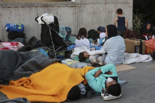 Migranten müssen auf der Straße schlafen.