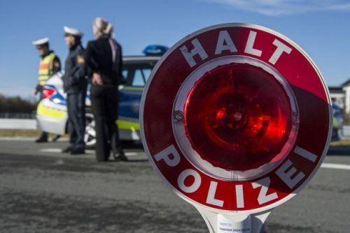 Mit einer Kontrollstelle der Polizei hat sich der betrunkene Autofahrer keine ideale Ruhestätte ausgesucht. POLIZEI