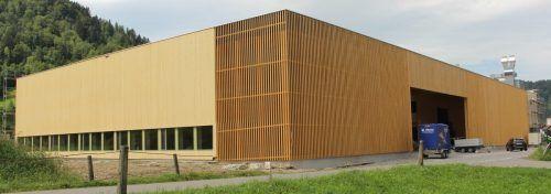 Mit einer neuen Produktions- und Bürohalle expandiert der Fußbodenprofi Fröwis und strukturiert die Firma gleichzeitig zu BenJo Holzbearbeitung um. STP/2