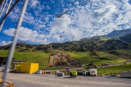 Mit Hochdruck wird an der Weltcupstrecke in Zürs gearbeitet. Im November gehen erstmals seit 25 Jahren wieder Rennen der Königsklasse auf der Vorarlberger Seite der Arlbergregion über die Bühne.Philipp Steurer