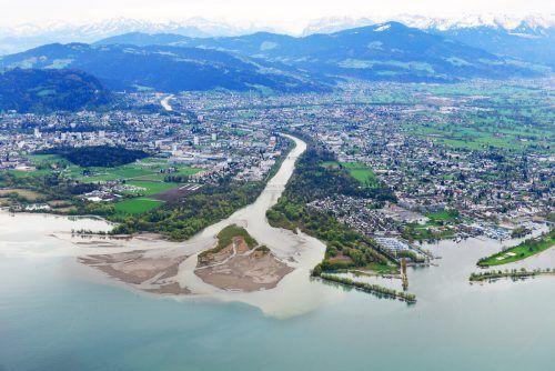 Mündung der Bregenzerach zwischen Bregenz und Hard. Am Bregenzer Ufer starten die Arbeiten für Hochwasserschutz. F. Böhringer