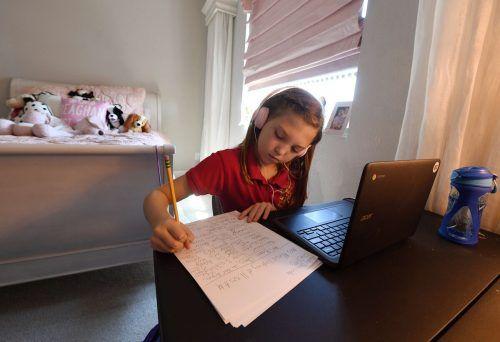 Müssen Schüler daheim bleiben, können Eltern um Betreuungszeit bitten.AP