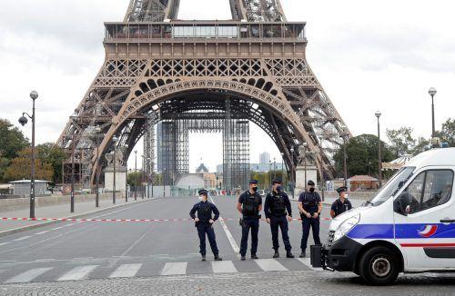 Nach einer Bombendrohung wurde das Gebiet rund um den Eiffelturm gesperrt. Rts