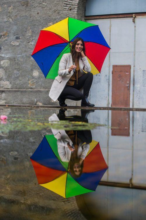Nina aus Höchst hat's erfasst. Sie wird in den kommenden Tagen den Regenschirm brauchen. Das Wetter schlägt um. VN/steurer