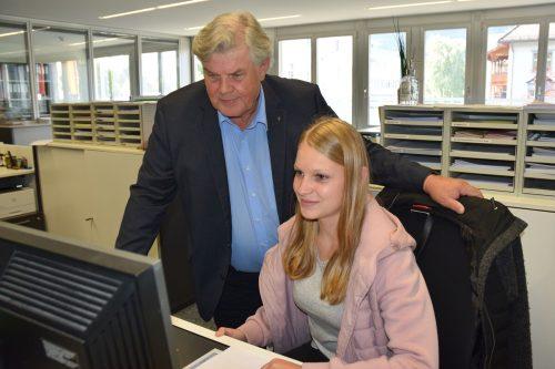 Nina Tagwerker startet mit den besten Wünschen von Bürgermeister Mandi Katzenmayer ins Berufsleben.Stadt