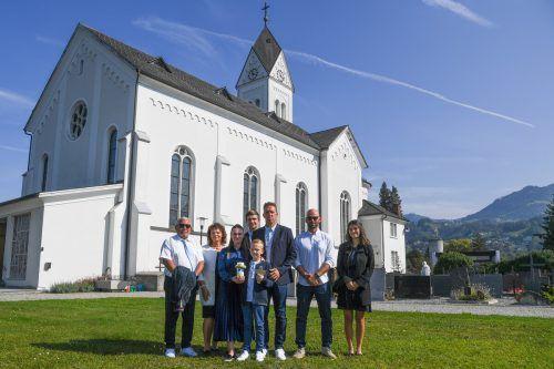 Noah Stückler mit seiner Familie. Er war einer von 19 Erstkommunikanten.