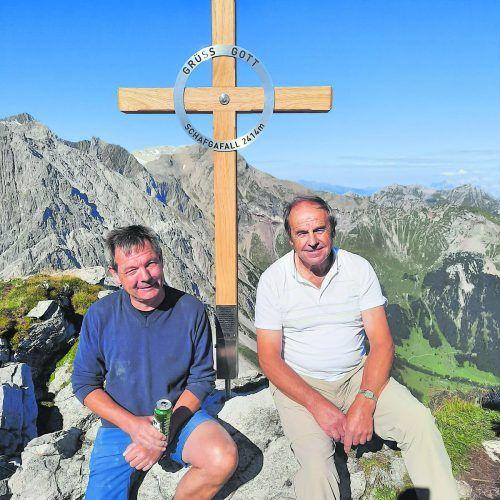 Norbert Nesensohn und Manfred Plenke vor dem neuen Gipfelkreuz.