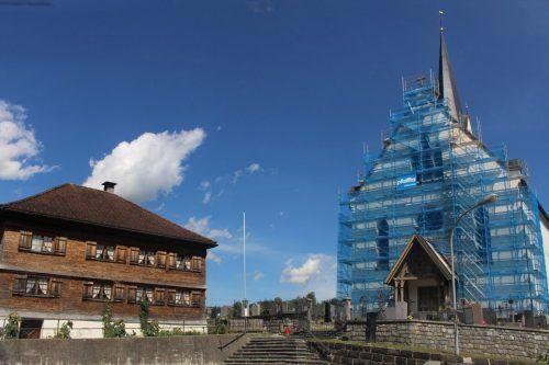 Nur eine Ausbesserung eines Verputzschadens – trotzdem wurde die gesamte Wetterseite der Egger Pfarrkirche eingerüstet.