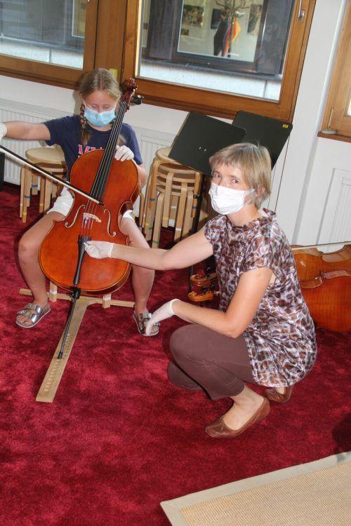 Nur mit Einweghandschuhen durften die Kinder die Instrumente anfassen.STR