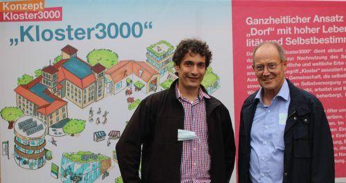 """Peter Steurer (l.) und Franz Rüf skizzierten bei der Ausstellungseröffnung das Projekt """"Kloster 3000"""". Die Ausstellung ist jederzeit frei zugänglich."""