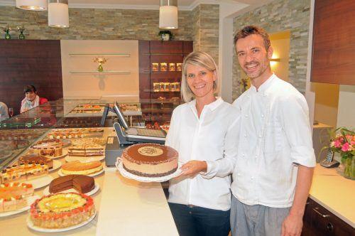 Petra und Udo Waltner präsentieren in der umgestalteten Konditorei in Hard eine leckere Auswahl an süßen Köstlichkeiten. AJK