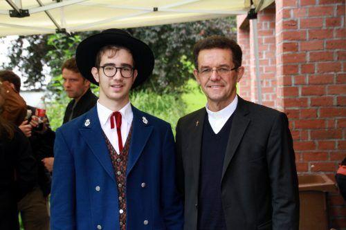 Pfarrer Georg bei persönlichen Gesprächen bei der Agape.