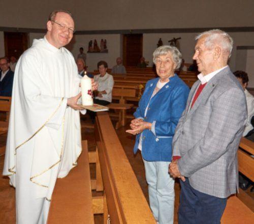 Pfarrer Thomas Heilbrun begrüßte viele Jubiläumspaare.Stadt
