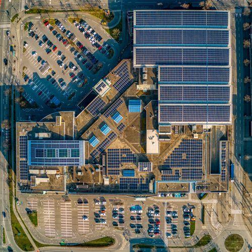 Photovoltaikanlagen (wie hier auf dem Dach des Einkaufszentrums Messepark in Dornbirn) werden mit 14 Prozent gefördert. VN/Stilovsek