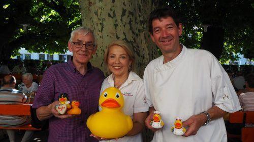 Quadro Ernst lädt mit den Gastgebern Roland und Martina Vith zum Schlagerfest für den guten Zweck. CEG