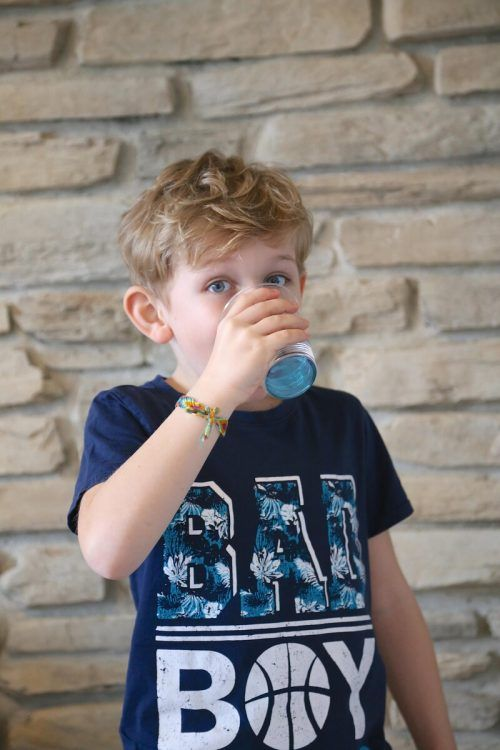 Regelmäßig Wasser trinken tut der Gesundheit gut.