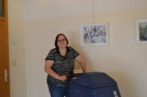 Renate Kallenbach übt ihren Beruf als Schulwartin voller Enthusiasmus aus. BI