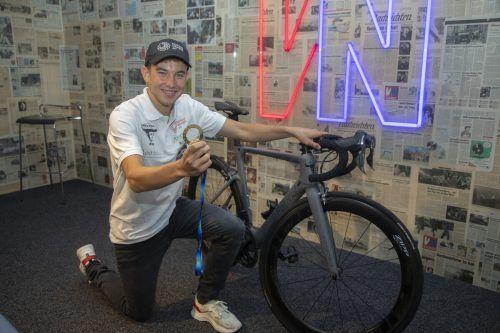 Rennrad und Europacupmedaille hatte Leon Pauger anlässlich seines Besuches in der VN-Sportredaktion im Gepäck.Paulitsch