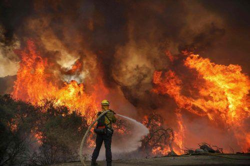 Rund 850 Feuerwehrleute kämpfen mit Unterstützung von mehreren Löschhubschraubern gegen die Flammendes sogenannten Creek Fire im Bezirk Fresno an. AP