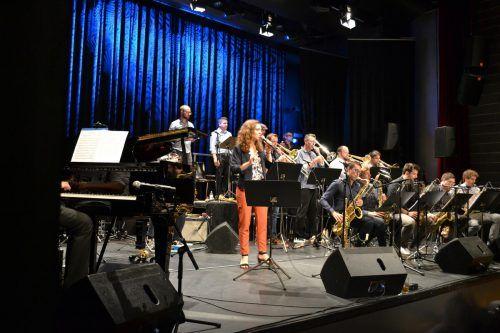 Die Sängerin Veronika Morscher und die Bludenz Big Band Union wussten das Publikum zu begeistern.bi