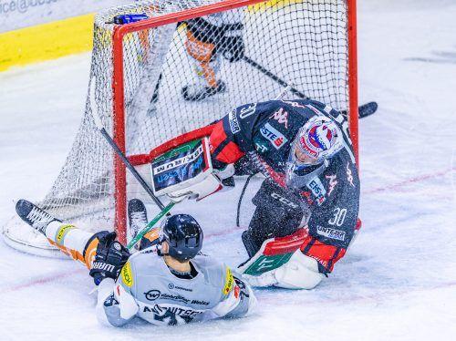 Sam Antonitsch macht es vor: Einsatz ist im Eishockey-Westgipfel gegen Innsbruck immer Trumpf.apa